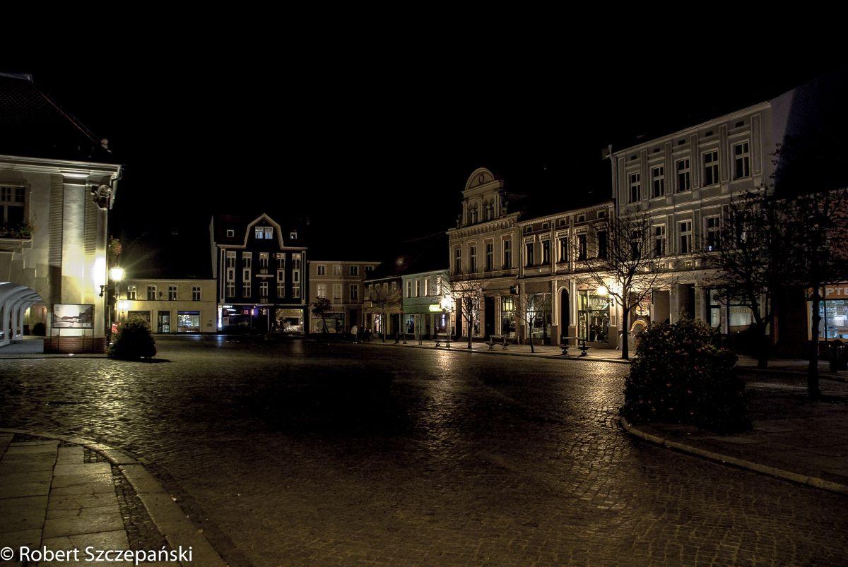 Jarociński rynek nocą